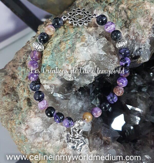 Bracelet en Charoïte pour la sérénité, avec symbole du chakra du coeur et pendentif sorcière avec son chaudron